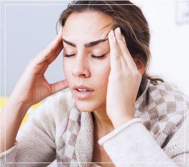 אישה עם כאב ראש חזק
