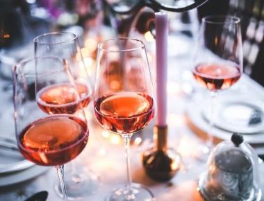 כוסות יין ושולחן