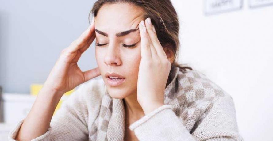 אישה עם כאבי ראש