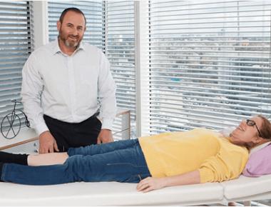 אורון אופק בקליניקה עם מטופלת