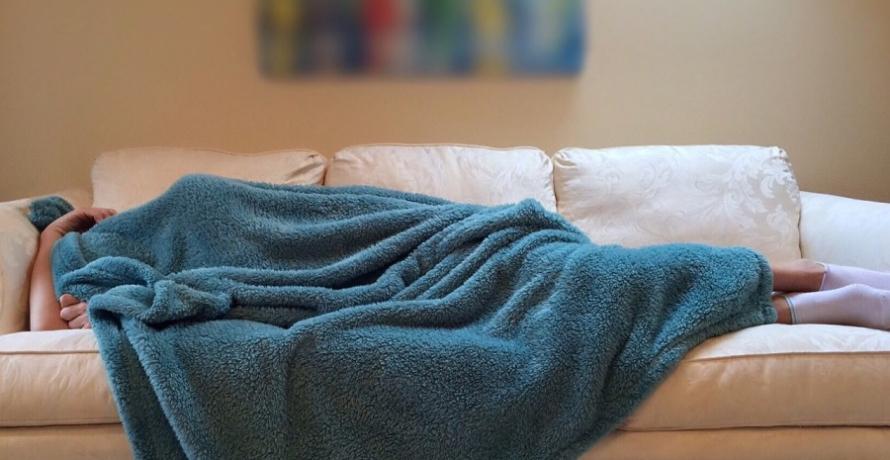 מישהו שסובל מהפרעות שינה יושן על הכורסה